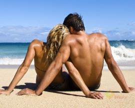 sexy-couple-on-beach-side